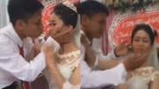 新郎婚礼上亲吻新娘却遭一把推开 场面极度尴尬