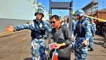 """""""中国式撤侨""""看懵外国士兵,外媒:这哪里是撤离,堪比一场阅兵"""